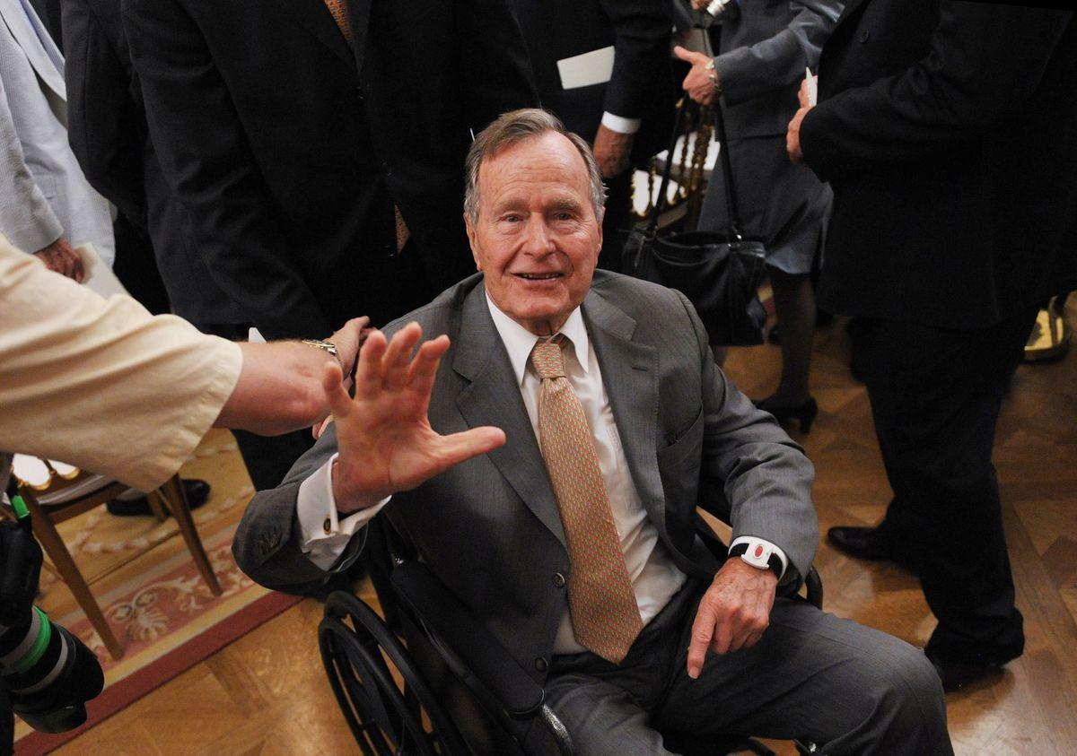 L'ex-président George H.W. Bush aux soins intensifs. https://t.co/PfZpuD7Tzs