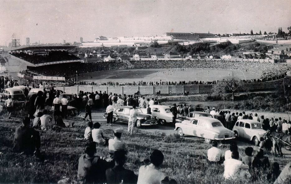 OldFootballPhotos @OldFootball11 Olimpico Monumental Stadium inauguration in Porto Alegre, Brazil (1954). It was the former home of #Grêmio FBPA <br>http://pic.twitter.com/amey3MC62i