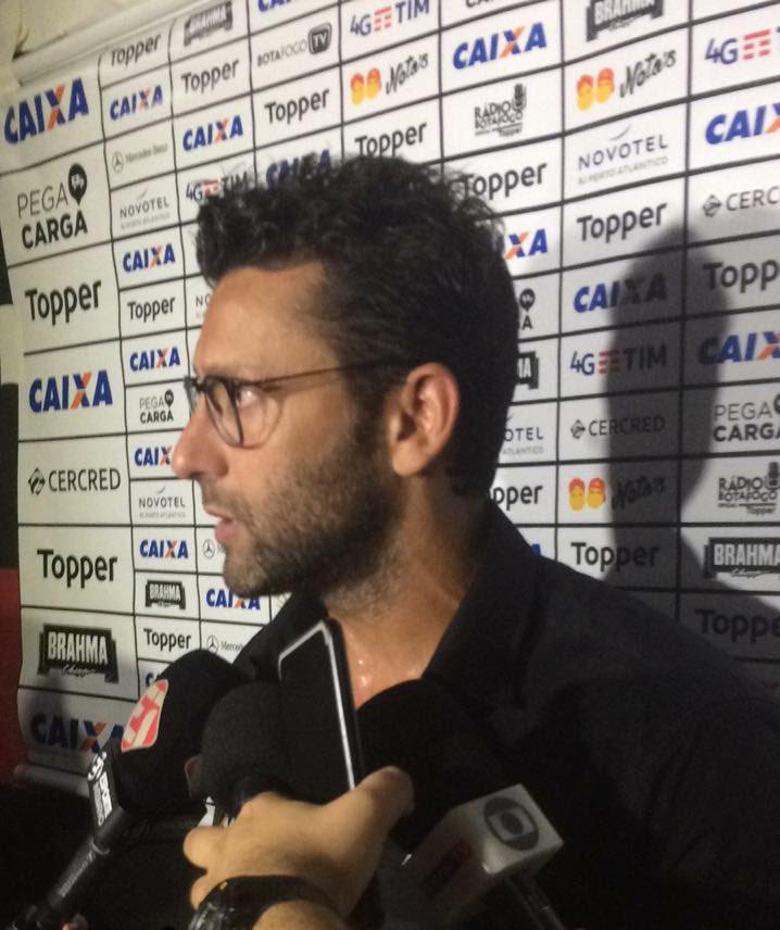 Valentim lamentou campo pesado em jogo difícil no Recife. Treinador também destacou superação da equipe para buscar empate no fim! #VamosFOGO