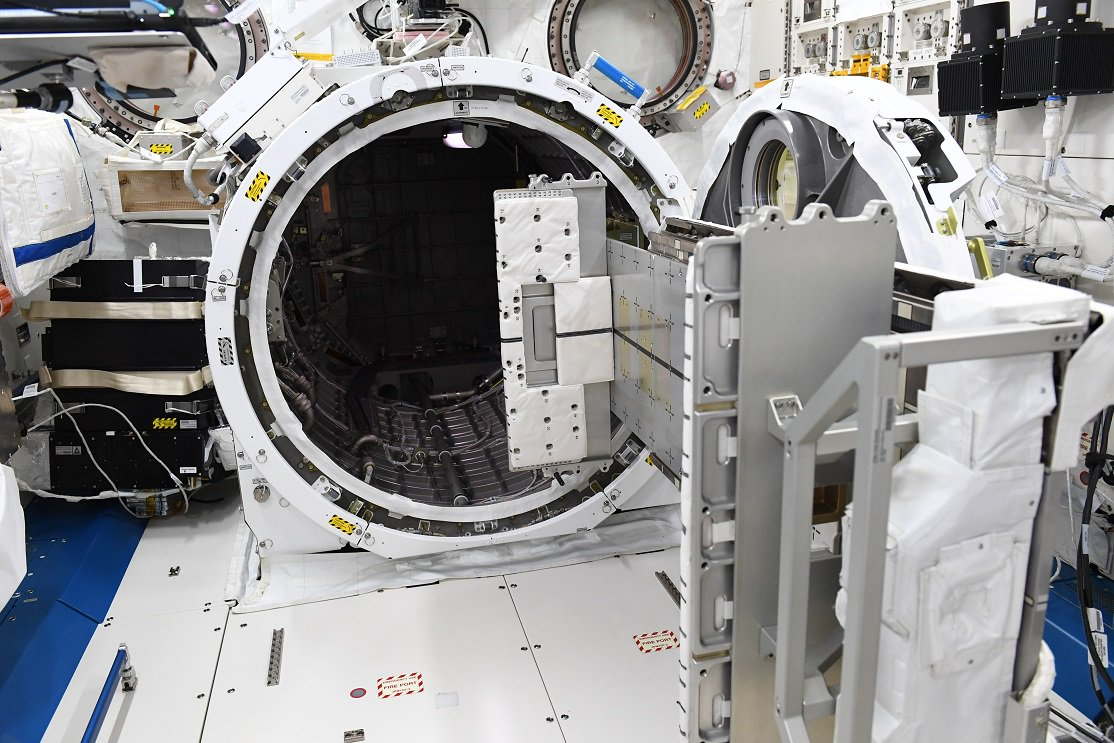 「きぼう」のエアロックをご紹介。 人は出入りできませんが、このスライドテーブルで、物品や実験機器を船外の宇宙空間に出し入れします。  このメカニックな造りが、機械大好きな宇宙飛行士の心をグッと鷲づかみするのです。