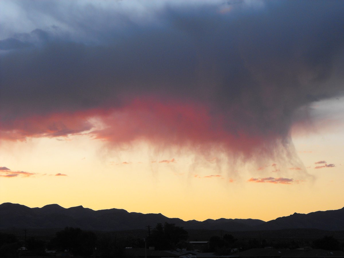 Virga (precipitation that evaporates before reaching the ground) spotted west of Socorro, NM just after sunset...Courtesy: Dave Finley #nmwx #NewMexicoTRUE
