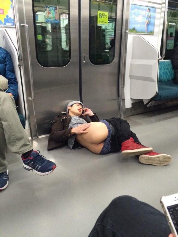 """こいつも部屋でケツ掻きながら友達と電話してたら電車に""""召喚""""されてしまった説が出てきたな"""