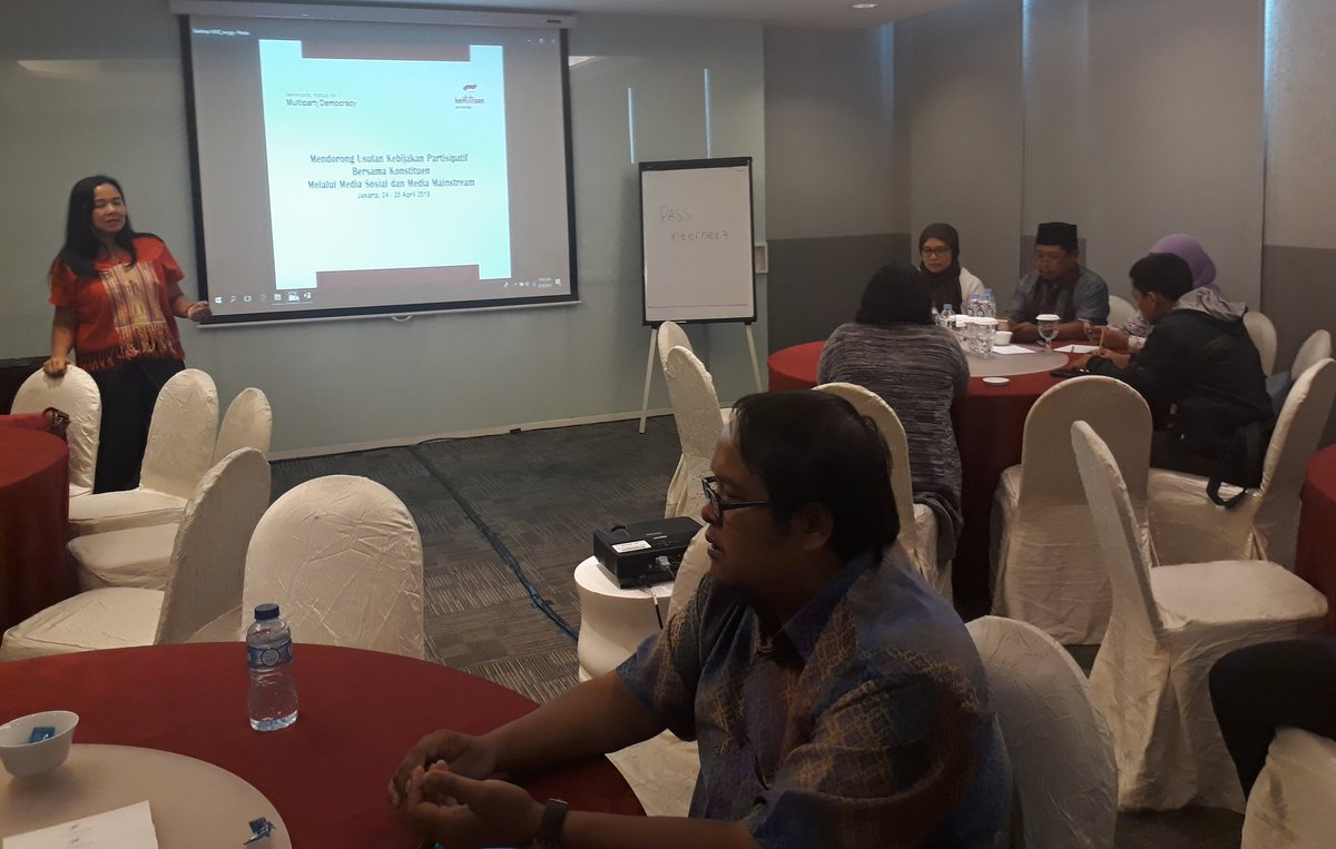 Day 1 of 2 days workshop on using socmed for participatory policy pitch  #INSPIRE #YoungMPs #IndonesianDemocracy #InterPartyDialogue #Representation  @WeAreNIMD @kemitraan_ind @NLinIndonesia @MonicaTanuhanda @DPR_RI<br>http://pic.twitter.com/nIJn8a48aZ