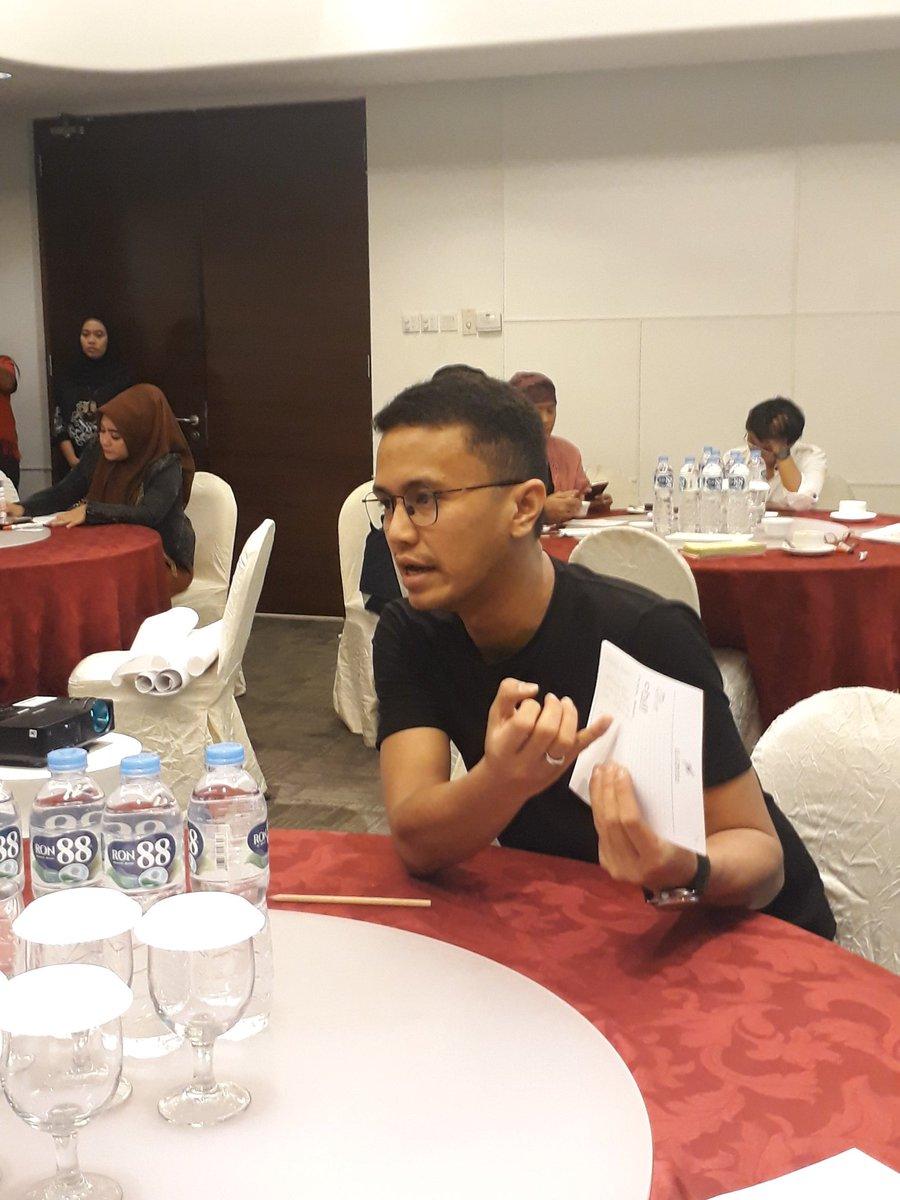 Captured moments of evening session. Socmed for policy pitch workshop.   #INSPIRE #Collaboration #SocMed #Representation   @kemitraan_ind @NLinIndonesia @MonicaTanuhanda @WeAreNIMD<br>http://pic.twitter.com/vE2LUEYa1P