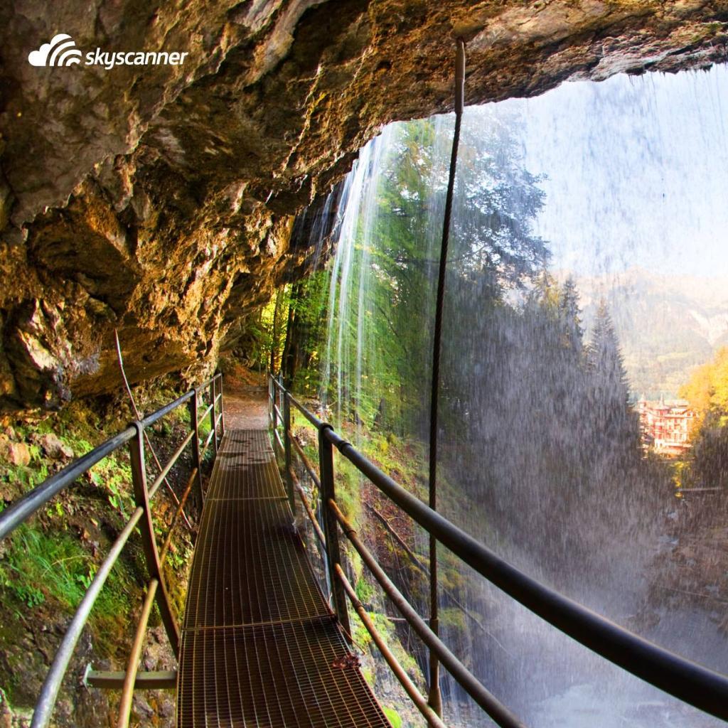 Esta é a vista que se tem por trás da cachoeira Giessbach, que fica lá na Suíça. 😍 E sabe qual a melhor parte? Da pra ver de perto! Tem passagens para a Suíça a partir de R$ 1.954 (ida+volta+taxas). 🇨🇭✈️ https://t.co/OiUTG3nrFL