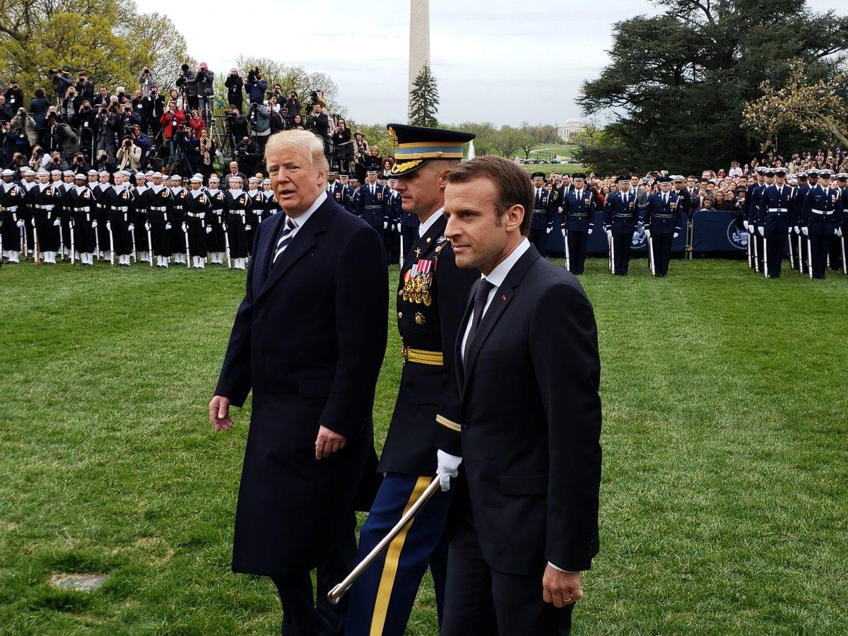 Regardez la cérémonie daccueil demmanuel macron et son épouse à la maison blanche