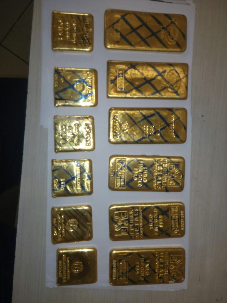 Officers of Air Intelligence Unit at Mumbai's CSI airport recovered 6 gold bars of foreign marking weighing 1000 grams each & 6 cut gold pieces weighing 2990 grams valued at Rs 2,59,04,146 collectively.The gold bars were hidden below cushion of 2 seats inside a Jet airways flight