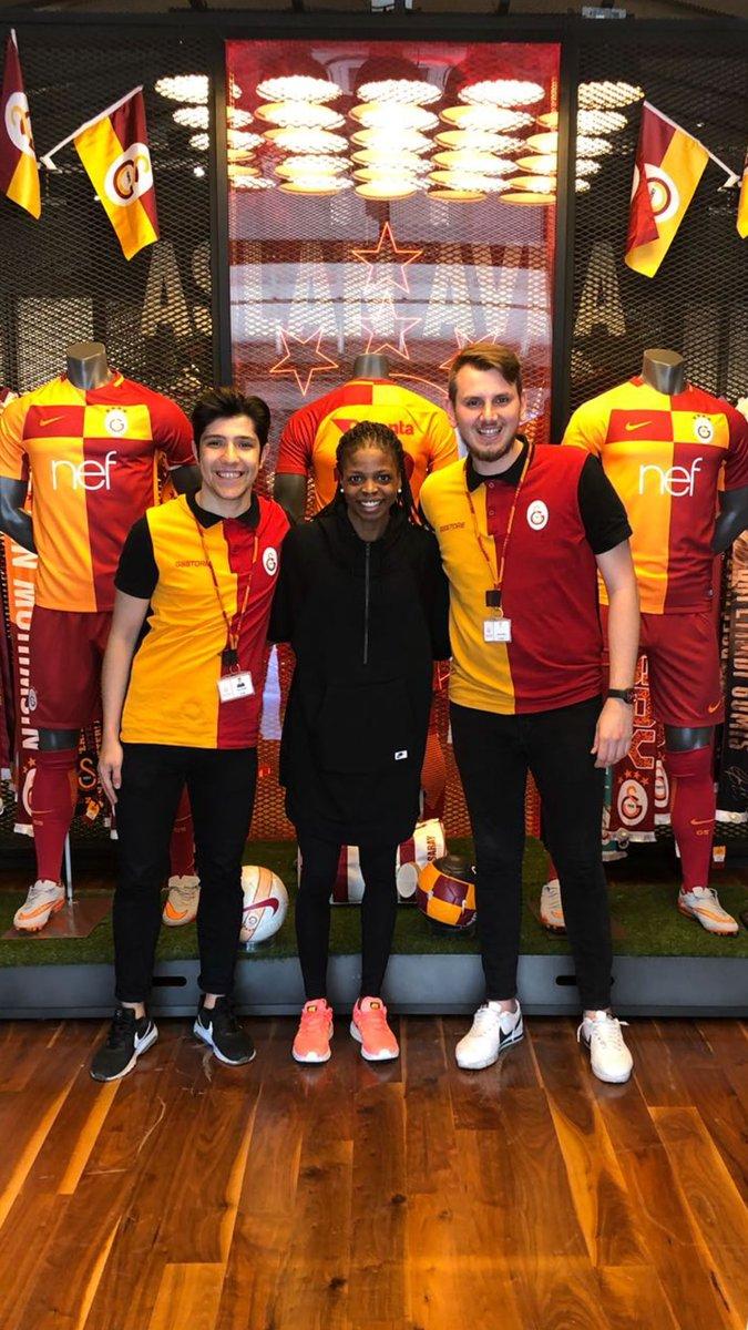 @GSStore'a küçük bir ziyaret! 💛❤ Karşılamanız için teşekkürler!🤗👊🏾🦁@GSBasketbol @GalatasaraySK