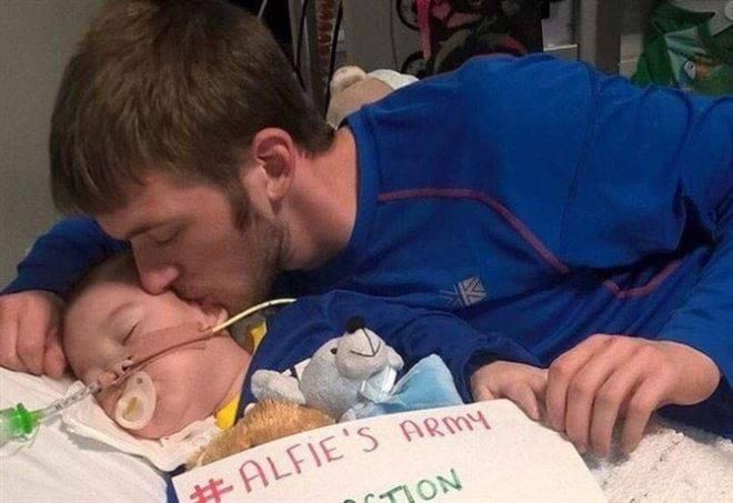 C'è un bimbo in una culla che sta lottando e che ha respirato senza macchine per undici ore. Per lui e i suoi genitori una preghiera, un impegno, una speranza. #SaveAlfie #Alfie LINK > https://t.co/96MrOEKs9G
