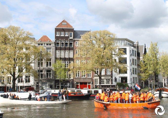 Prinsheerlijk plassen doe je natuurlijk op onze toileteilanden #Koningsdag Locaties staan in de gratis app VaarWater #AmsterdamSchoon  Download 'm hier: https://t.co/G96bw3xFNN