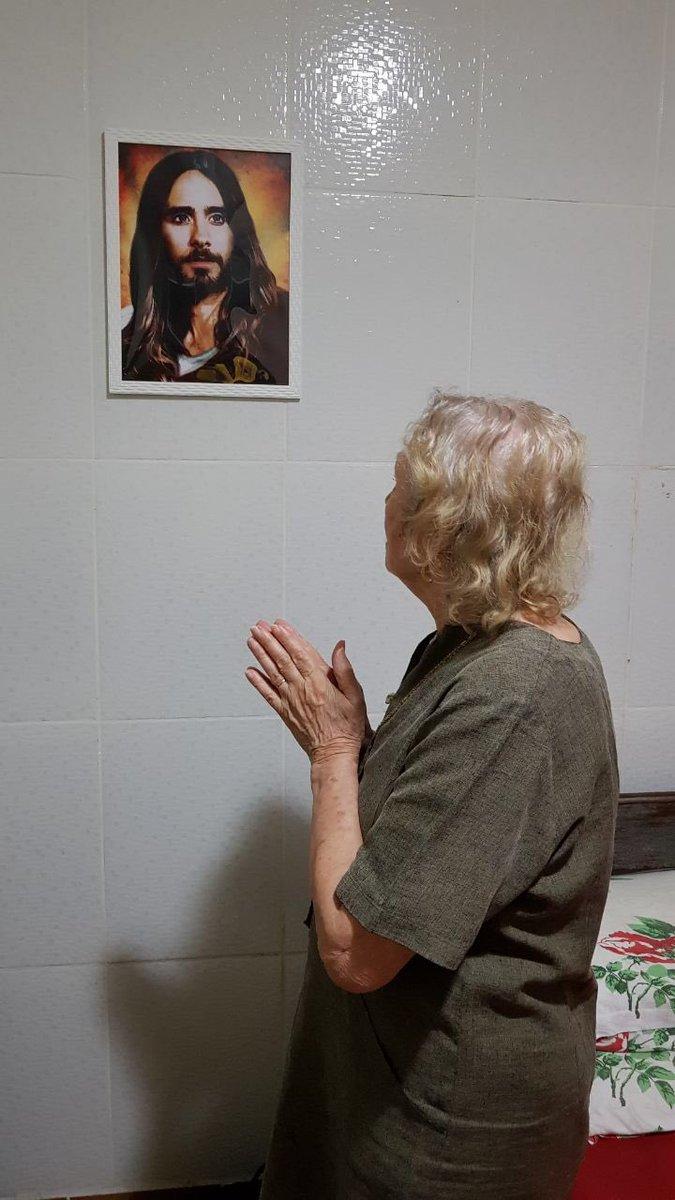 meu irmão colocou a foto do jared leto na parede e agora minha vó ta adorando ele...
