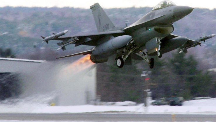 F-16 pilot safely ejects during emergency landing in Arizona https://t.co/8dCulwRDF2