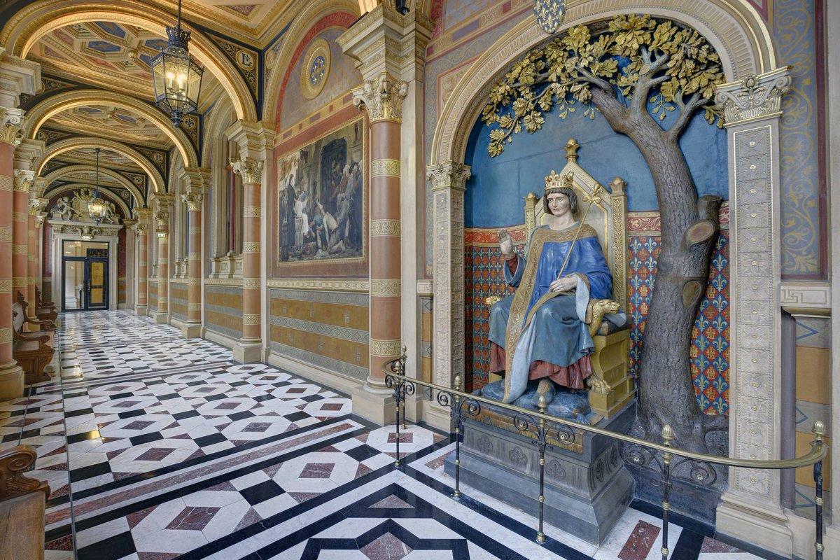 ℹ #LeSaviezVous ? La galerie Saint-Louis de la Cour de Cassation présente une statue de Louis IX rendant la justice sous un chêne. Pendant longtemps, les jugés venaient toucher les pieds du monarque pour espérer une bonne justice. 🌳 #secretsdhistoire