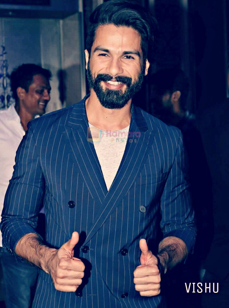 This Sweet Smile &amp; Luck Sign By @shahidkapoor Is Enough For Make Our Day Awesome    @shahidkapoorFC @Shahid_Loverz @ShanaticsWW  #Love It #Share It &amp;  #Shanatics , #Pcmaniac Also #follo4follo  #folloMe   <br>http://pic.twitter.com/VIiMeCHLwa