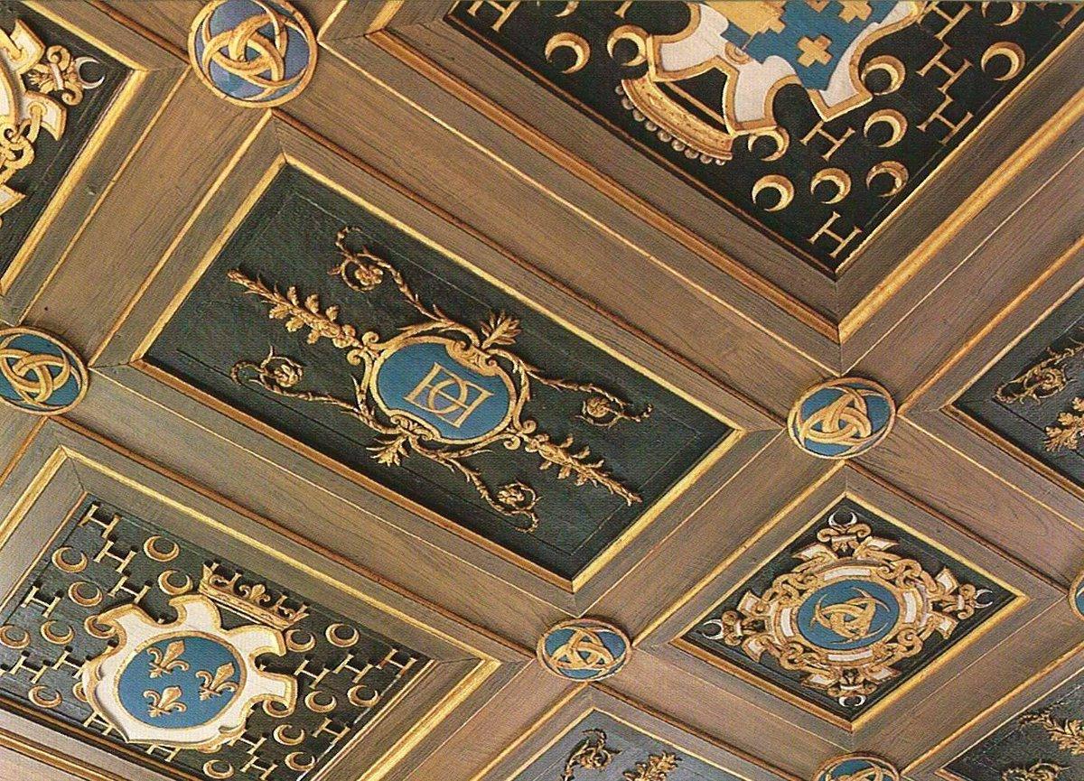 ▶️ Les plafonds du #chateau d'Anet regorgent des symboles de Diane de Poitiers et de son royal amant Henri II. Nous retrouvons le monogramme du Roi aux lettres entremêlées.👑 #secretsdhistoire