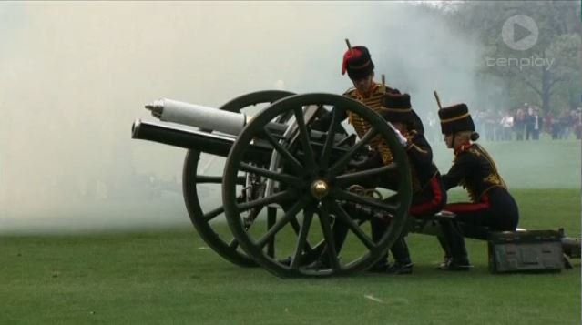 Image for the Tweet beginning: ROYAL WELCOME: Traditional gun salutes
