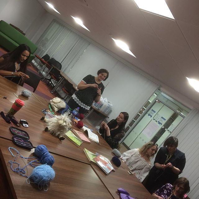 We are learning to #knit in the #library  https:// ift.tt/2JpGIz4  &nbsp;  <br>http://pic.twitter.com/gPBRGOeG1Z