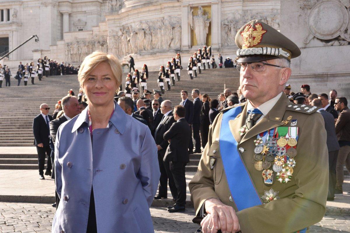 #25Aprile L'arrivo del Ministro @robertapinotti all'Altare della Patria per le celebrazioni del 73° anniversario della  #Liberazione
