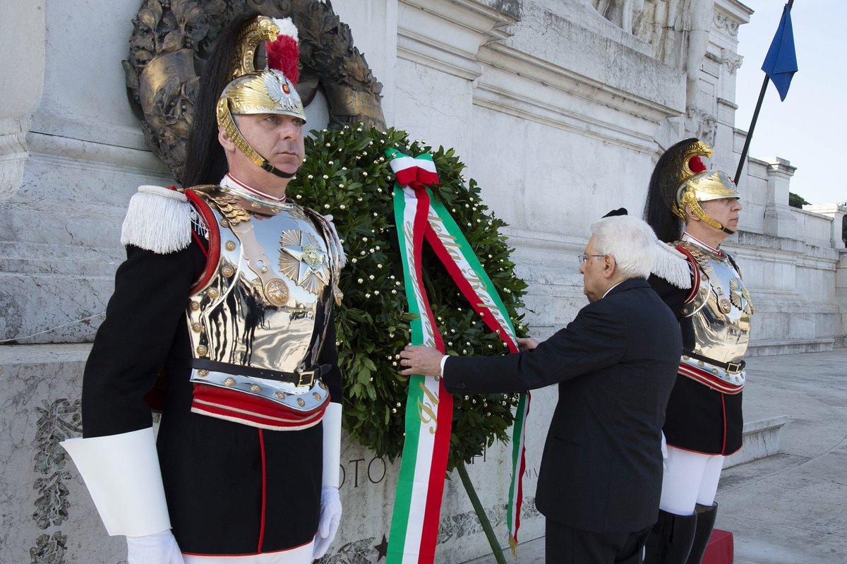 #25Aprile: il Presidente #Mattarella depone una corona d'alloro all'Altare della Patria
