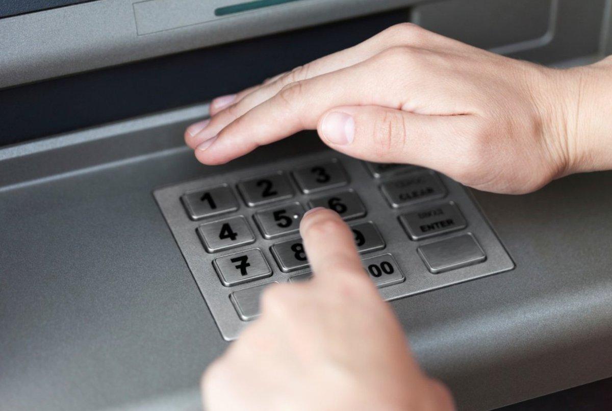 Si tienes que sacar dinero en el #cajero automático⤵️ ✅No aceptes ayuda de extraños ✅No apuntes tu pin en la #tarjeta💳 ✅Tapa ✋🏻 el teclado cuando marques el código