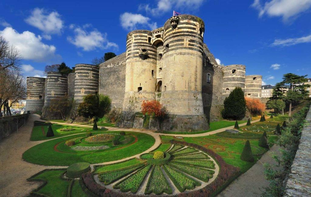 ▶️ Pour organiser la défense du royaume face à la Bretagne de Mauclerc, Blanche de Castille et Louis IX entament l'édification d'une gigantesque forteresse dans la très stratégique ville d'Angers ! #secretsdhistoire #OnAimeLePatrimoine @Angers