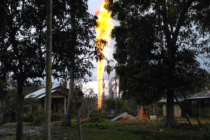 Incêndio em poço de petróleo deixa pelo menos 11 mortos na Indonésia https://t.co/uMC7rvgDET  📷Maulana/Reuters ©