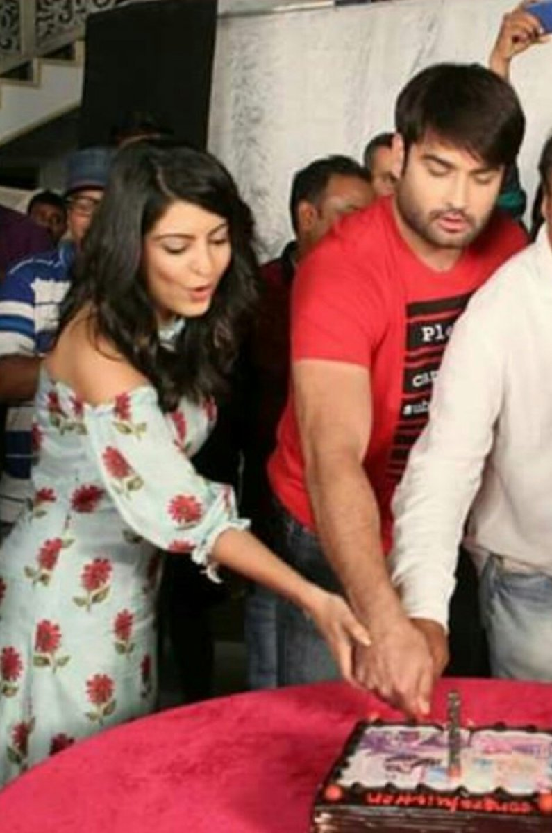Wait!! did i just saw my #Harleen holding hands😍😍 Awwiieee😘😘😘 They complement each other so well❤Cant get over these two cutiepies😗😗 Most classy n adorable at d same time.#VivRita 😄 Keep rocking both of u😘 Congrats for #ShaktiRocks500Epis👏 @VivianDsena01 @AmritaPrakash