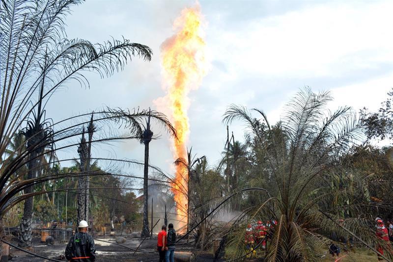 Do @portaljovempan: Incêndio em poço de petróleo deixa 18 mortos e 41 feridos na Indonésia https://t.co/5ANNNOz5MH