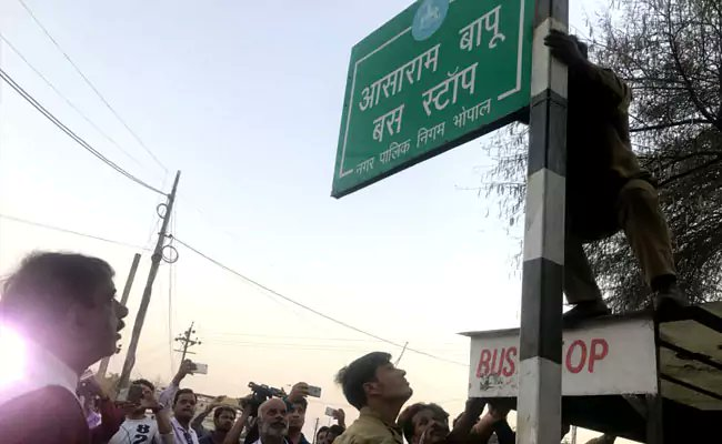 'Asaram Bapu Bus Stop' board removed in Bhopal, other landmarks to be renamed  https://www. ndtv.com/india-news/asa ram-bapu-bus-stop-board-removed-in-bhopal-other-landmarks-to-be-renamed-1842840   …   #AsaramVerdict #AsaramCaseVerdict #AsaramConvicted<br>http://pic.twitter.com/1t8S9leKor