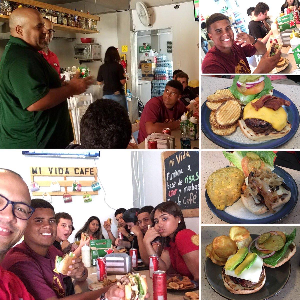 El Círculo Bunka Mirai visitó hoy @MividacafeB donde aprendió a comunicar nuestra cultura a través de un hamburger. Chef Raúl Muñiz les recibió y dialogó sobre su trayectoria y sobre darlo #TodoPorMiEstrella