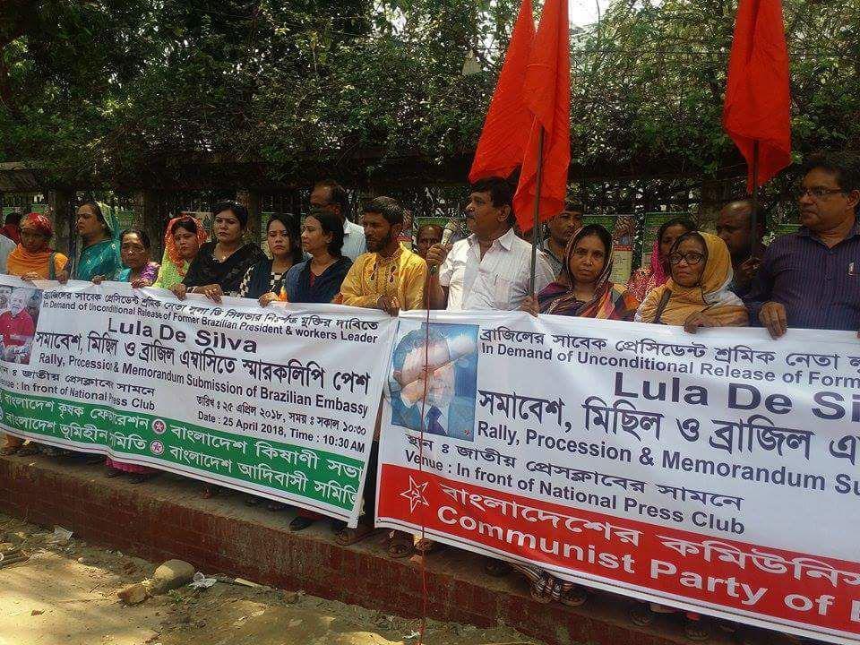 A Índia também quer #LulaLivre Manifestação em defesa da liberdade de Lula, hoje, na Índia.