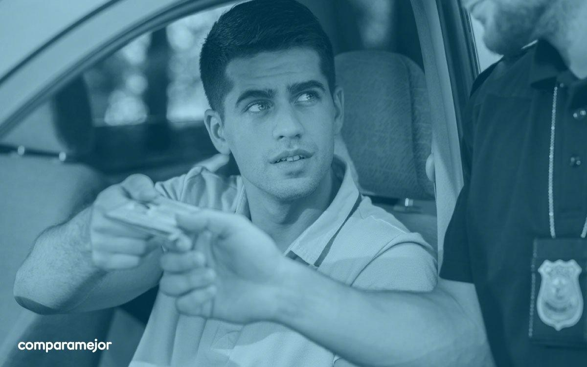 🚧 En muchas partes de Colombia se instalan retenes policiales para prevenir accidentes de tránsito ⚠️ Por eso te contamos 7 cosas que debes saber si te detienen en un retén de la policía para que conduzcas tranquilo 👍  >> https://t.co/kzNIXeRbx5 https://t.co/vHkstXmy5R