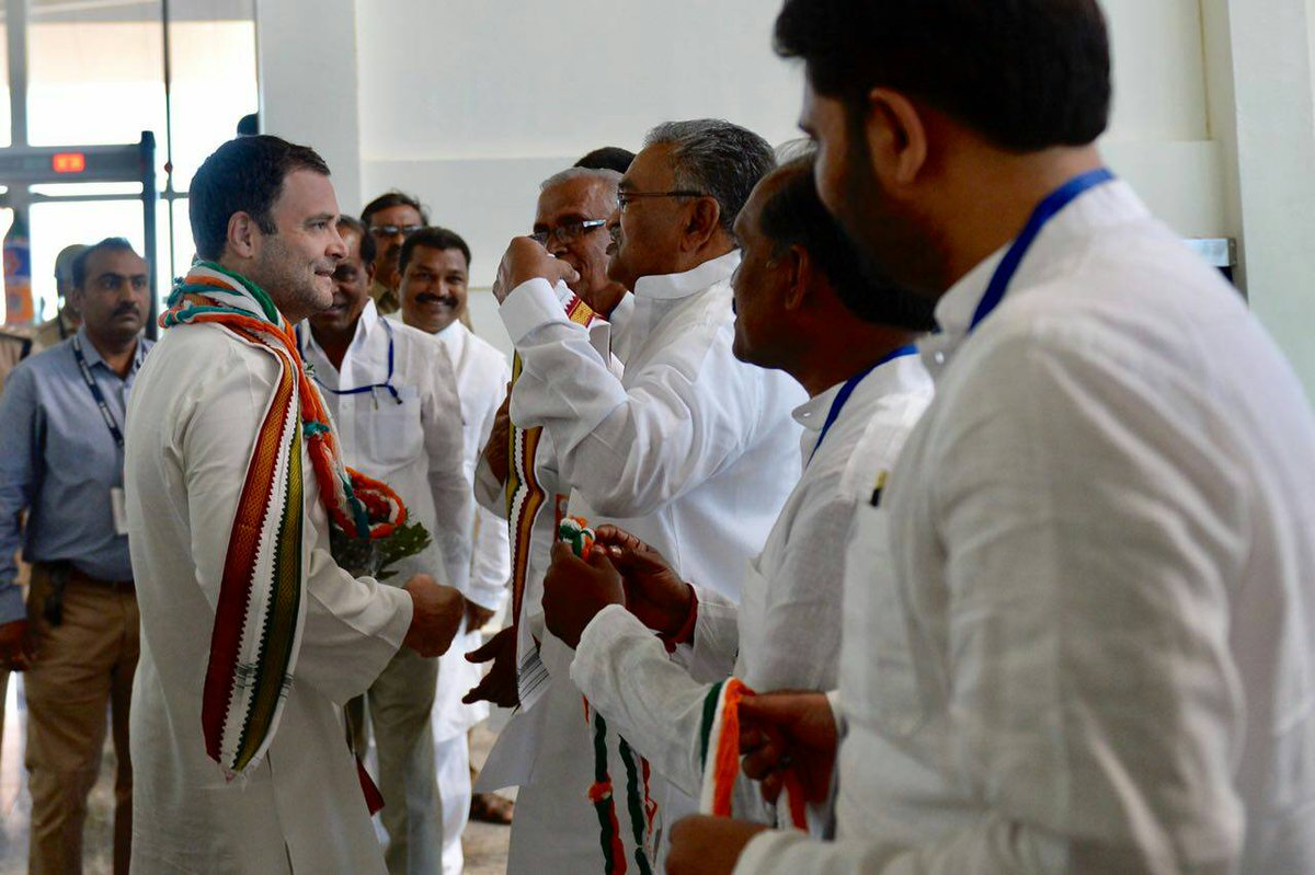 Congress President @RahulGandhi receives a warm welcome at the Hubli airport. #JanaAashirwadaYatre #CongressMathomme