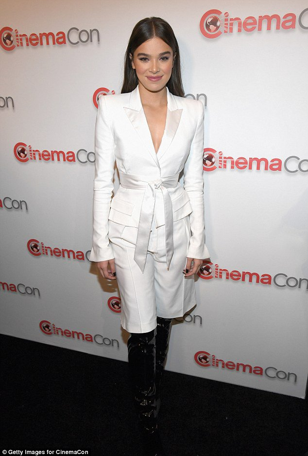 Hailee Steinfeld dazzles in a plunging white jacket at CinemaCon https://t.co/SiZgEdfMz5