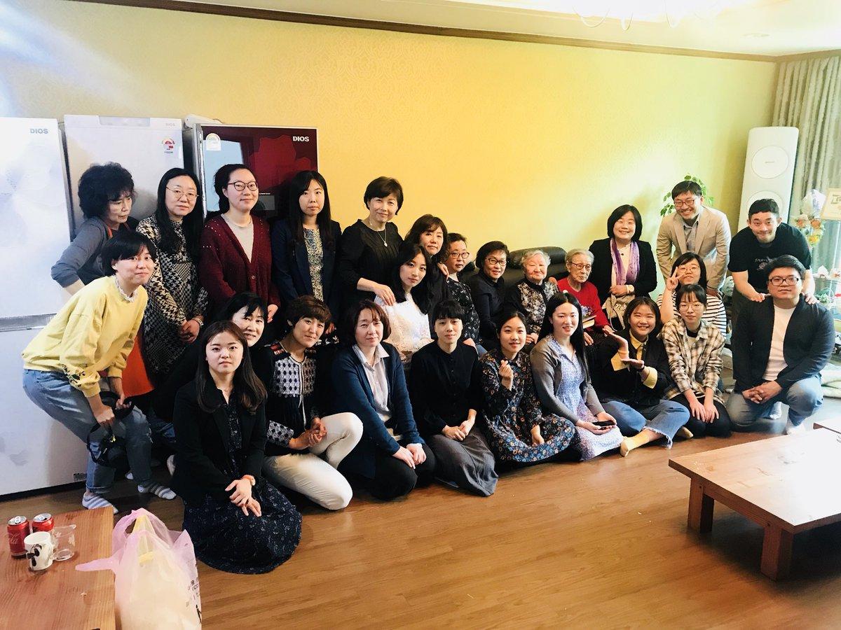 오늘은 일본군 성노예제 피해자 김복동 할머니의 93세 생신날입니다.그래서 축하해 주기 위해 모였습니다.갈수록 건강이 악화되어 몸은 마르고 그간 통증 때문에 고통스러워 했었는데 이 시간만큼은 진통제로 버티며 웃으시네요.그저 건강 잃지 않기를 바랄 뿐입니다.생신 축하해 주면 읽어 드릴게요.