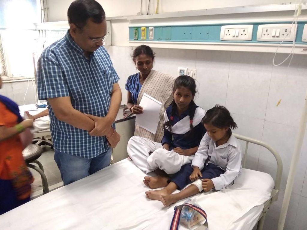 #Delhi health minister @SatyendarJain at deepchand hospital to meet injured students of school van accident.   Reports @journoaman<br>http://pic.twitter.com/oJBXc8yKPE