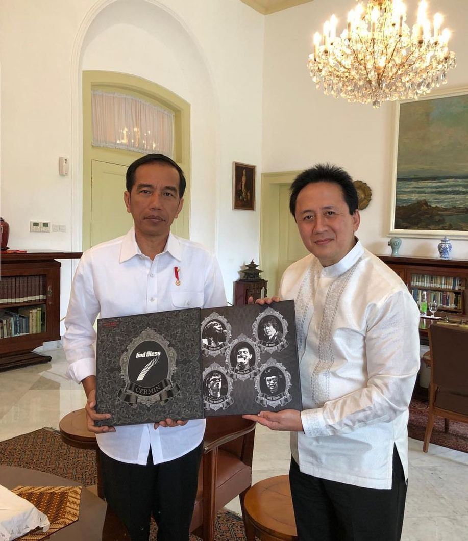 Triawan Munaf Serahkan Vinyl Godbless ke Jokowi https://t.co/Ujn6f9XX0D https://t.co/WDtof48qAq