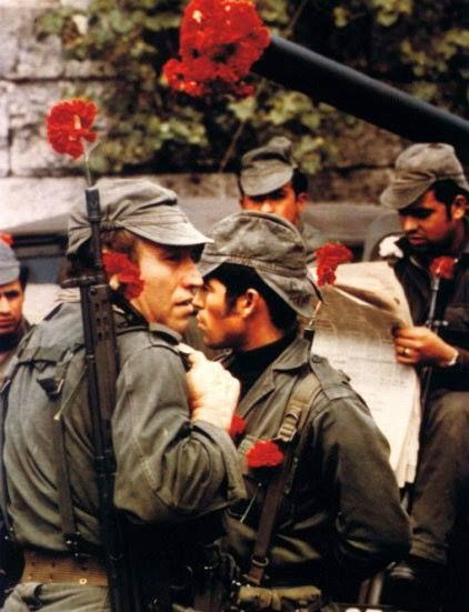 #InPictures | 43 years ago, on 25 April, The #CarnationRevolution, or Revolução dos Cravos, was a military coup in Lisbon, Portugal, which overthrew the fascist regime of Estado Novo.