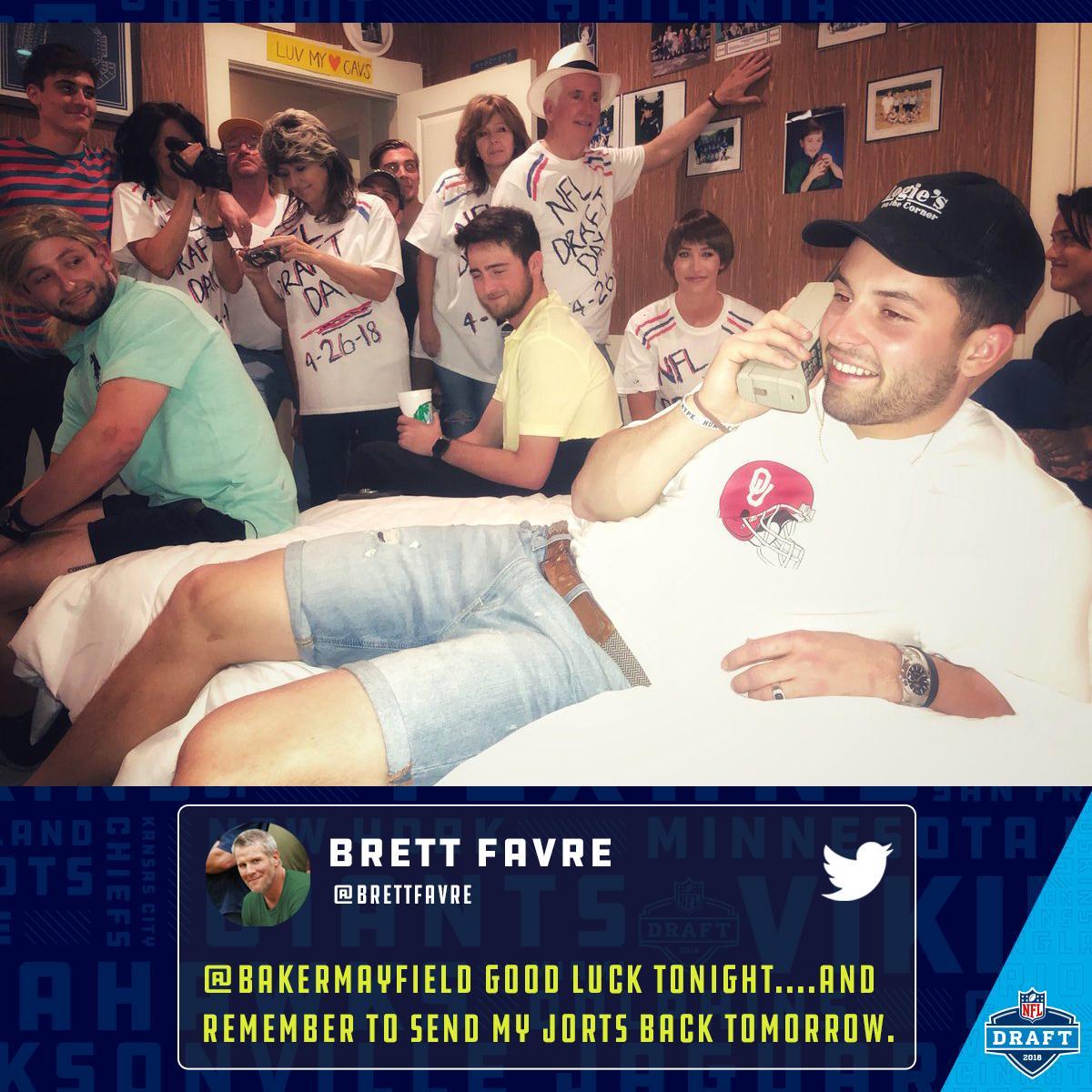 Look familiar? ����  @bakermayfield recreated @BrettFavre's #NFLDraft photo: https://t.co/aBPtC09SUU https://t.co/z31UMgeUXj