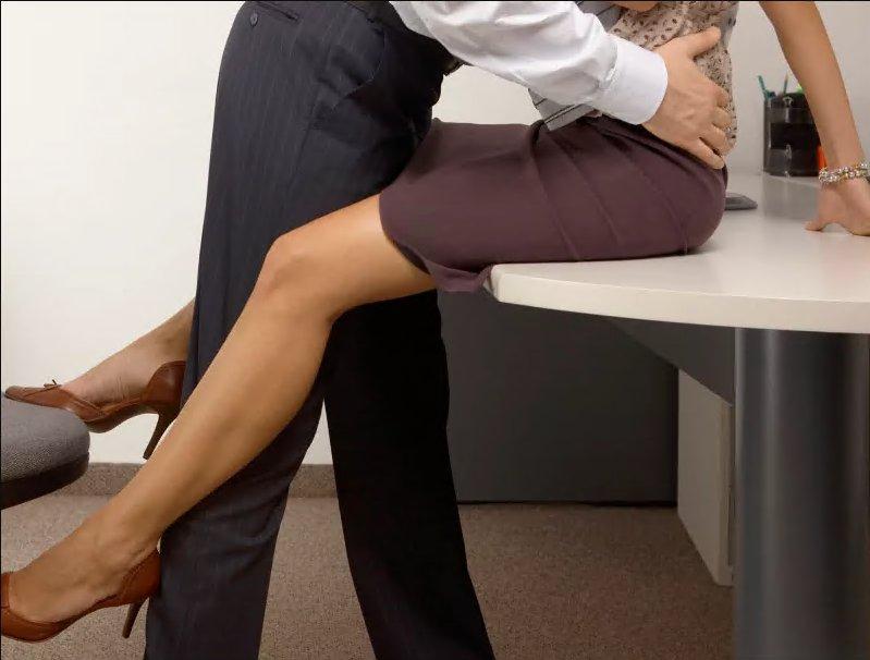 Трахает секретаршу у себя на столе блога