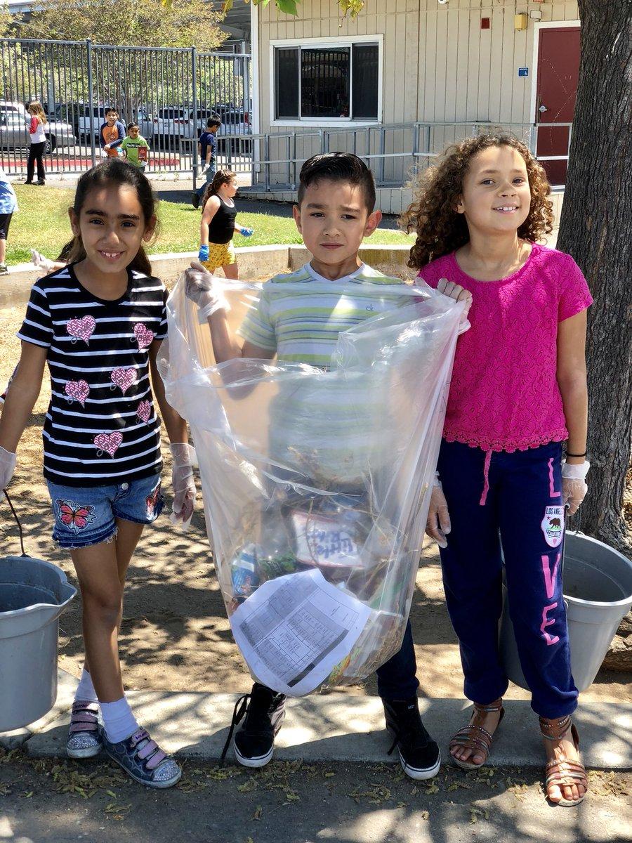 Keeping our school clean!! #teamwork #EarthDay2018 @BosLangAcademy @CajonValleyUSD<br>http://pic.twitter.com/faEq3Q2k1H