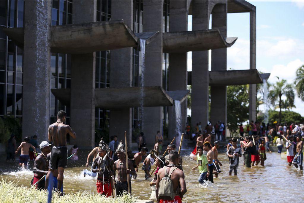 Indígenas fazem marcha por demarcação de terras e garantia de direitos. Confira a galeria de fotos da @agenciabrasil https://t.co/PDmg8GrAeL 📷 Marcelo Camargo/Agência Brasil