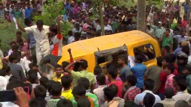 Colisão de trem com van escolar deixa 13 crianças mortas na Índia. https://t.co/tMdFstV665