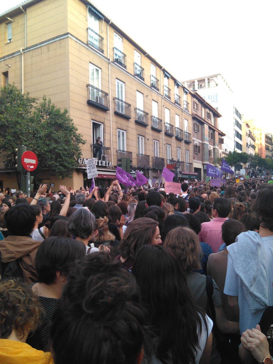 Tranquila, hermana, aquí está tu manada. En Madrid, en Avilés, en Sevilla, en Badajoz, en León, en Coruña, en Barcelona...  Esta sentencia no vulnera los derechos de una mujer, vulnera los de todas las mujeres. #YoSiTeCreo