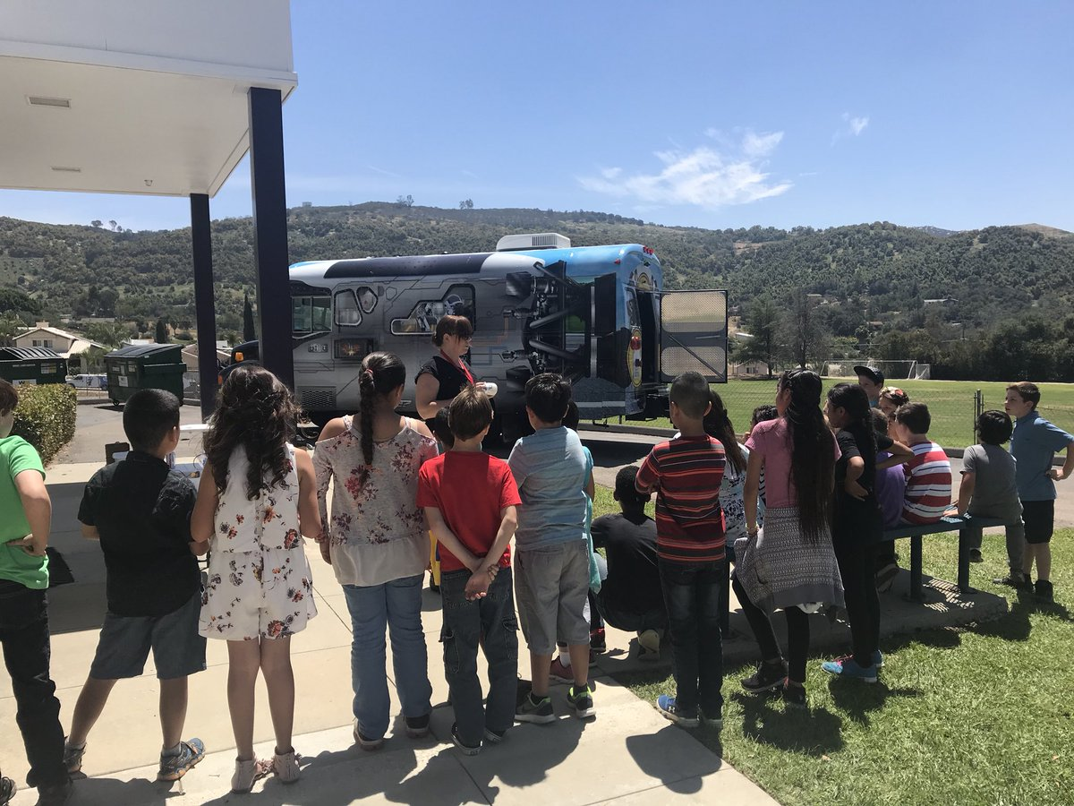 A sunny day @RiosRoadRunners is perfect to make solar powered fans with @ConnollykCVUSD and the #MakerBus    #TeamWork #Perseverance #NGSS<br>http://pic.twitter.com/t3yulY8kuw