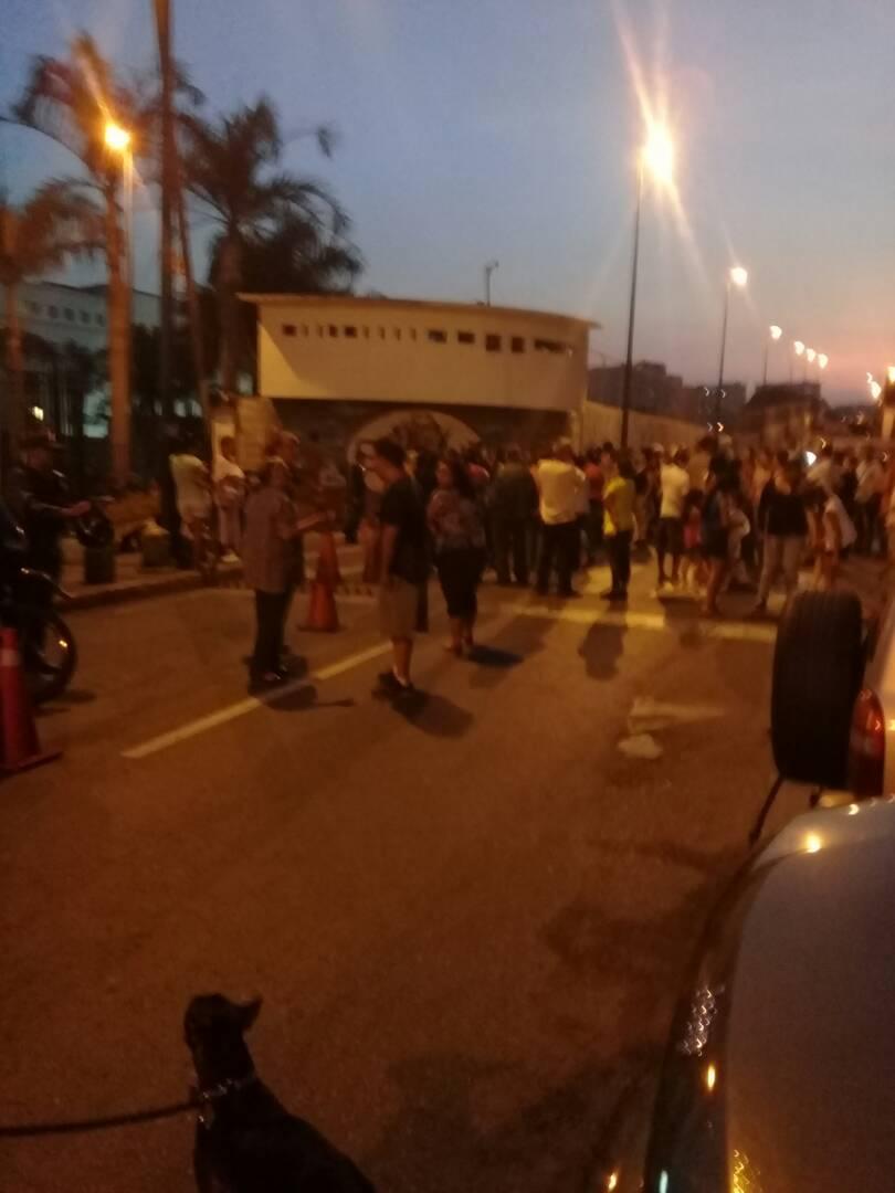 #VenezuelaPotencia a esta hora desde Miraflores los ciudadanos protestan por falta de Agua. Ahí al lado tuyo Único la gente está obstinada de ti. #VenezuelaProtestaEnPotencia
