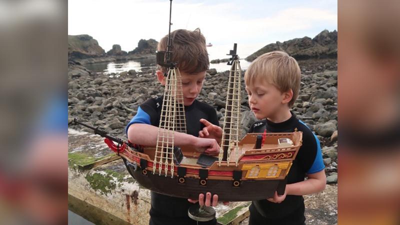 Un bateau pirate Playmobil, construit par deux enfants écossais, a réussi à traverser l'Atlantique https://t.co/n2eoMWy7Ae