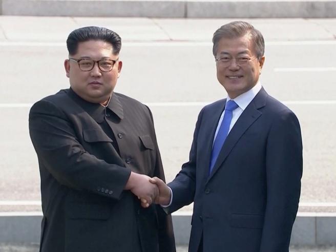 Storico incontro tra Corea del Sud e Nord,  Moon a Kim: «Sono felice di incontrarti»  https://t.co/uQEIiLFE9J