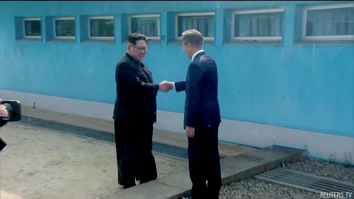 Stunning images show the historic meeting taking place between North Korean leader Kim Jong Un and South Korean President Moon Jae-in. The leaders met with much fanfare in the Korean DMZ before going indoors to discuss relations between the two sides. https://t.co/vRxSdKPMlv