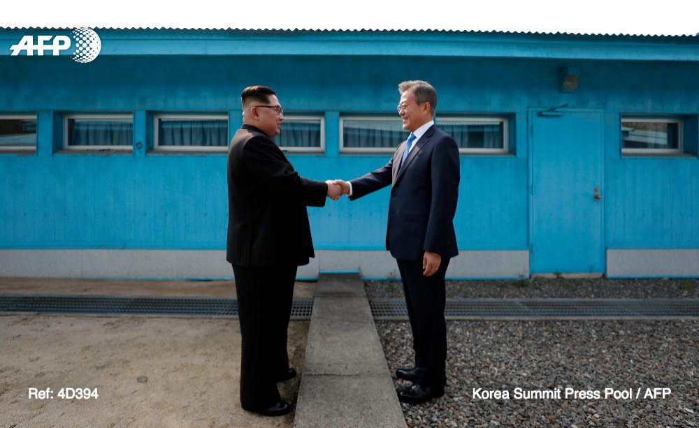 Le dirigeant nord-coréen Kim Jong Un et le président sud-coréen Moon Jae-in réunis pour un sommet historique après une poignée de main hautement symbolique sur la Ligne de démarcation militaire qui divise la péninsule https://t.co/dz5LuU4jzN #AFP